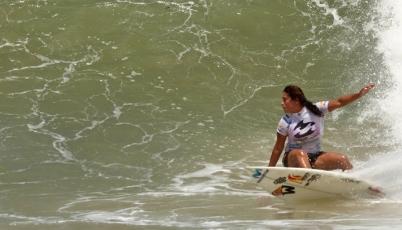 Surfista Analí Gómez va por la hazaña a la WQS Copa El Salvador Impresionante